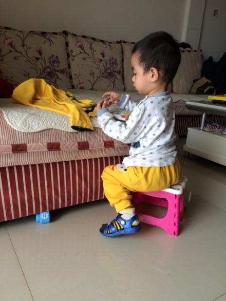 宝宝两岁三个月还不学讲话,急~